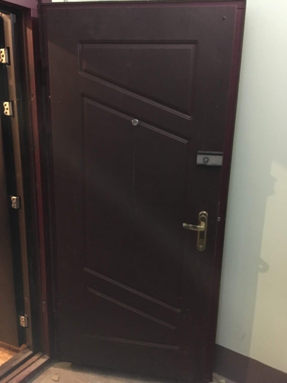 ремонт двери, установлена новые панель МДФ, замки - верх Барьер, - низ Mottura, дверная ручка